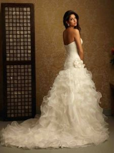 Elegant strapless wedding dress with flounces